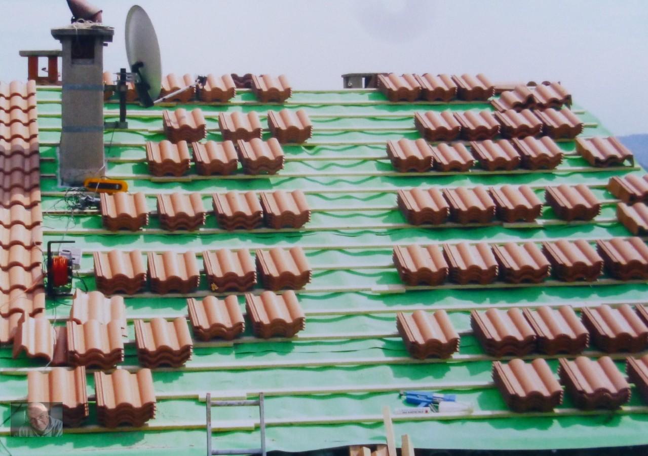 Alle Ziegel verteilt auf dem Dach