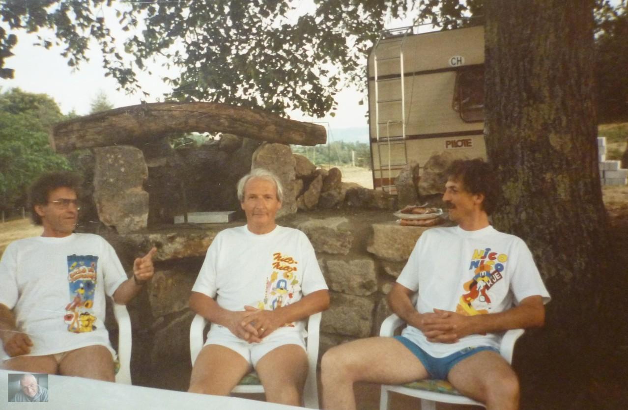die Drei Clouns, Cheminée im Hintergrund fast fertig