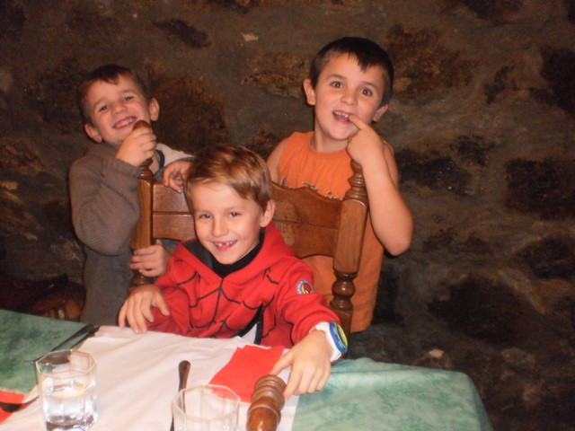Seine Enkel. Dominik (R), Raphael (L) und Noha
