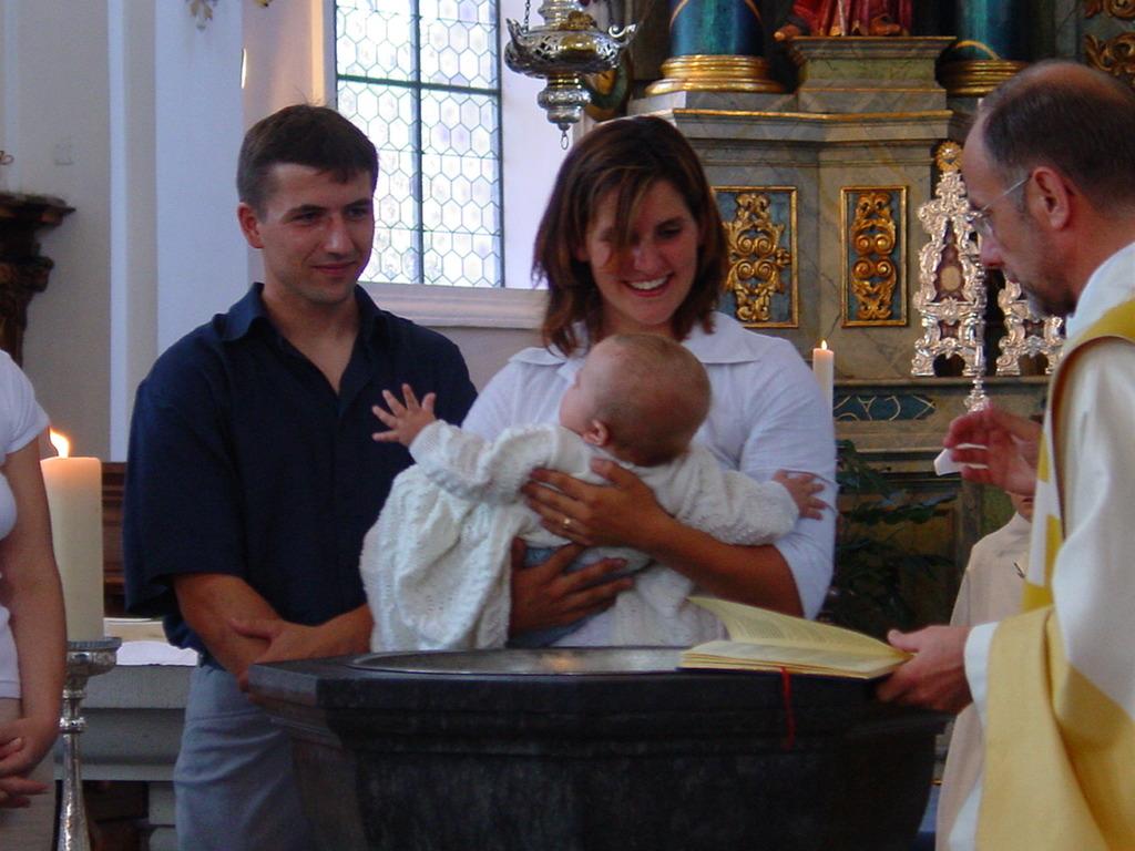 Yvonne mit Dominik am Taufbecken