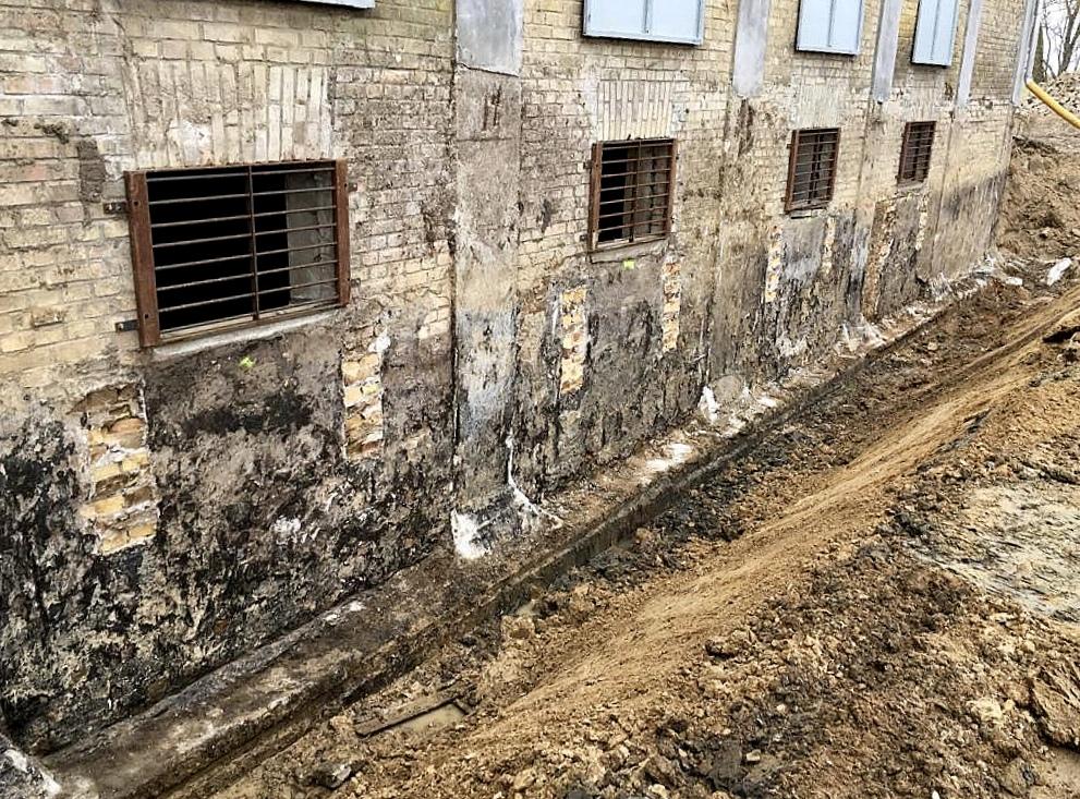 12. März 2019 Bis zur Oberkante der 1m starken Bodenplatte wurde die Außenwand freigelegt.