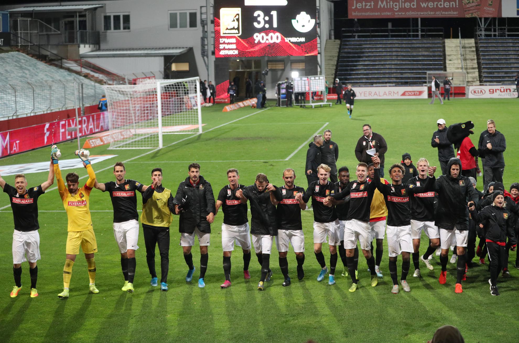 Die Mannschaft feierte ausgelassen mit den Fans den ersten Sieg der laufenden Saison