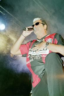 Hans Krankl geht in seiner Rolle als Sänger auf