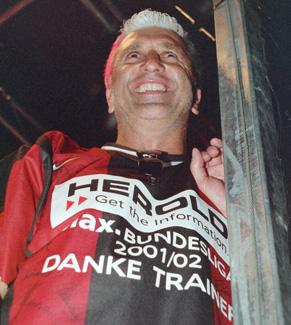 Glücklich über den Klassenerhalt feiert der Trainer Hans Krankl mit der Menge