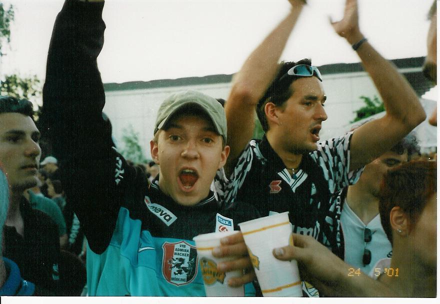 Gemeinsam bei der kultigen Nichtabstiegsfeier am Spielerparkplatz 2001