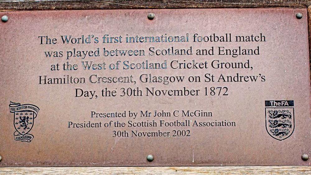 Anlässlich des ersten Länderspiels wurde zum 130 jährigen Jubiläum wurde dieses Tafel installiert