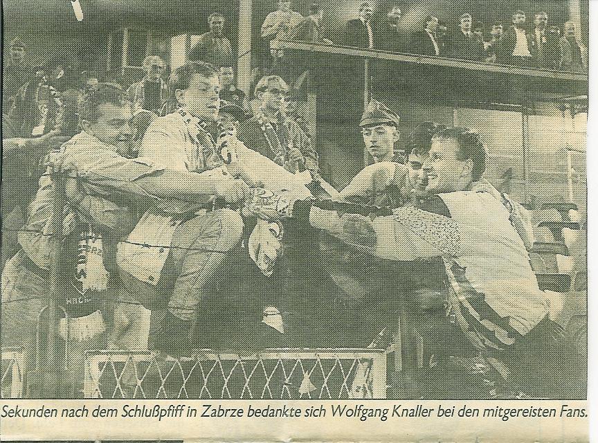 Wolgang Knaller feierte nach dem Schlusspfiff mit den mitgereisten Admiraanhängern in Zabrze
