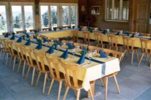 Tische für 30 Personen