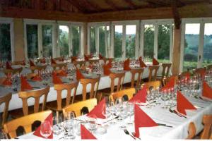 Tische für 50 Personen