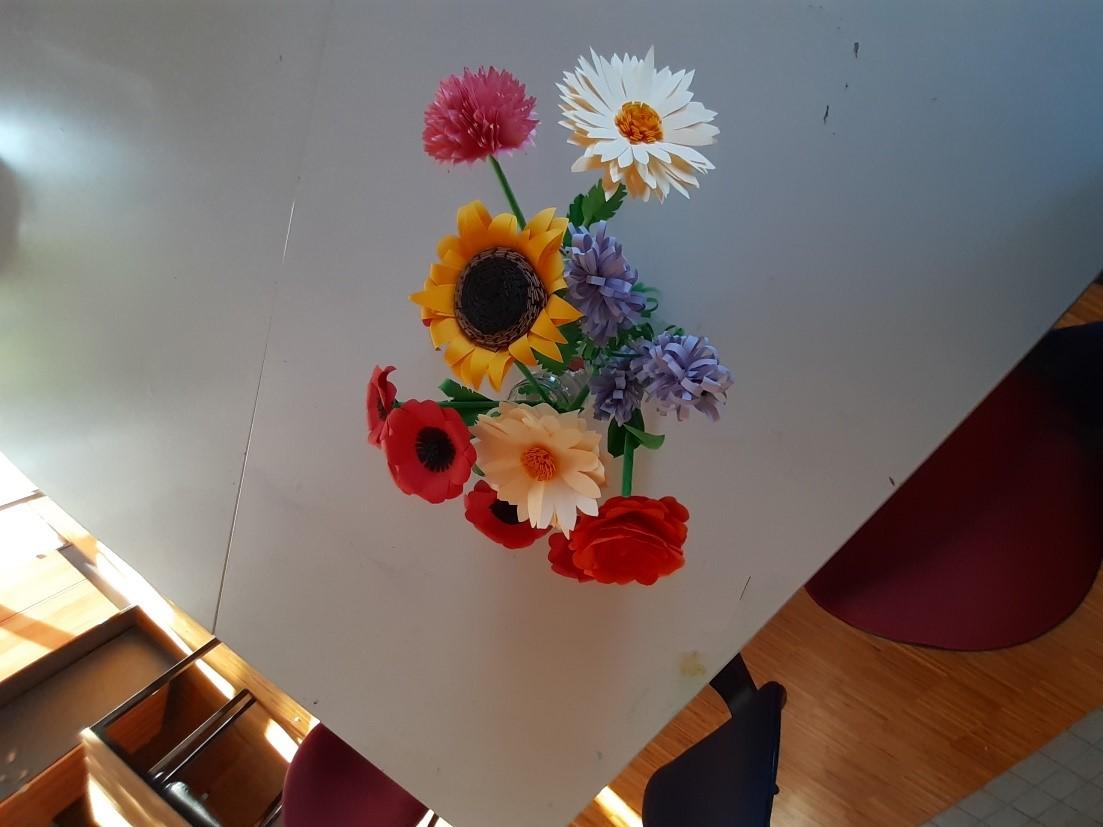 den Sommer in die blue.box holen mit selbstgemachten Blumen aus Papier! Danke an das Kunstraum Team von pro mente OÖ für die Anleitung!