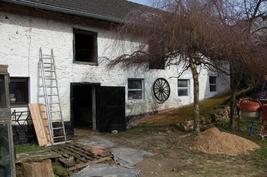 """Aussenansicht """"alte"""" Stallungen für Kühe und Pferd"""