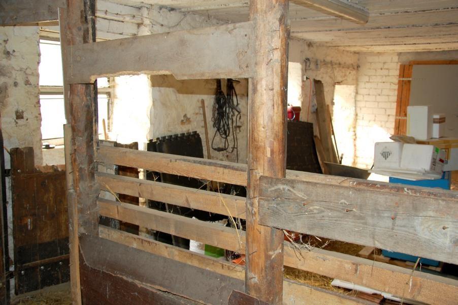 Alte selbstgezimmerte Pferdebox vor Abriss