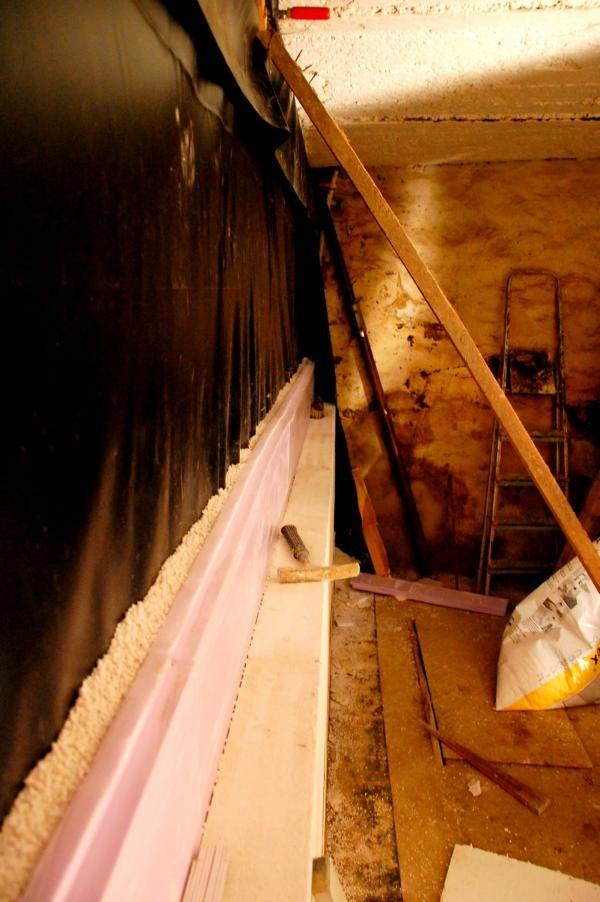 Aufbau der Mauer 3: hinten Teichfolie dann Perlite danach Styrodurdämmung und vorne Gasbeton