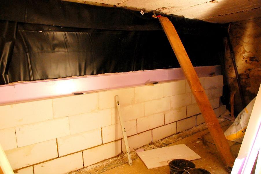 Aufbau der Mauer 2: hinten Teichfolie dann Perlite danach Styrodurdämmung und vorne Gasbeton