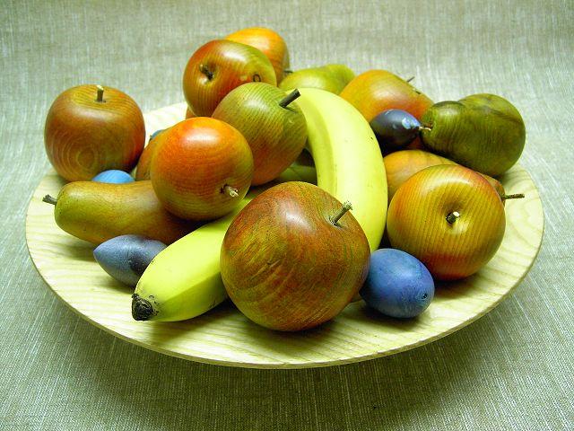 Obst und Schale aus Zirbelholz