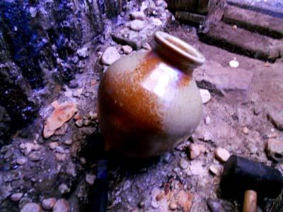 穴窯内部で自然釉の影響から下辺部が密着した状態の壷(窯出し)