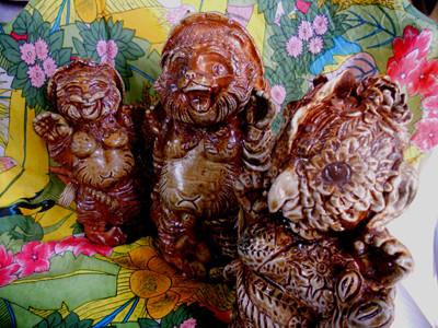右手前から鳥、たぬき 彫塑 立花雪YukiTachibana 炎と楽園のアート 楽々土像