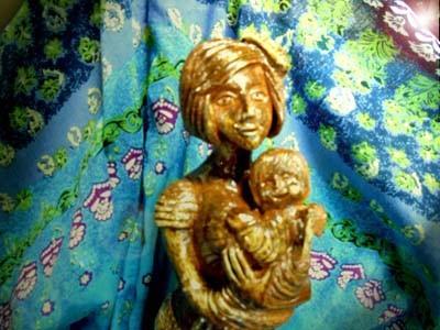 希望を抱いて…彫塑 立花雪YukiTachibana 楽々土像 炎と楽園のアート