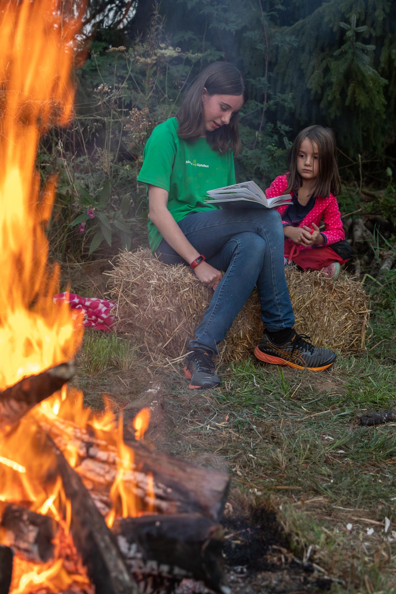 Am Lagerfeuer werden Geschichten vorgelesen (Foto: Andreas Sebald)