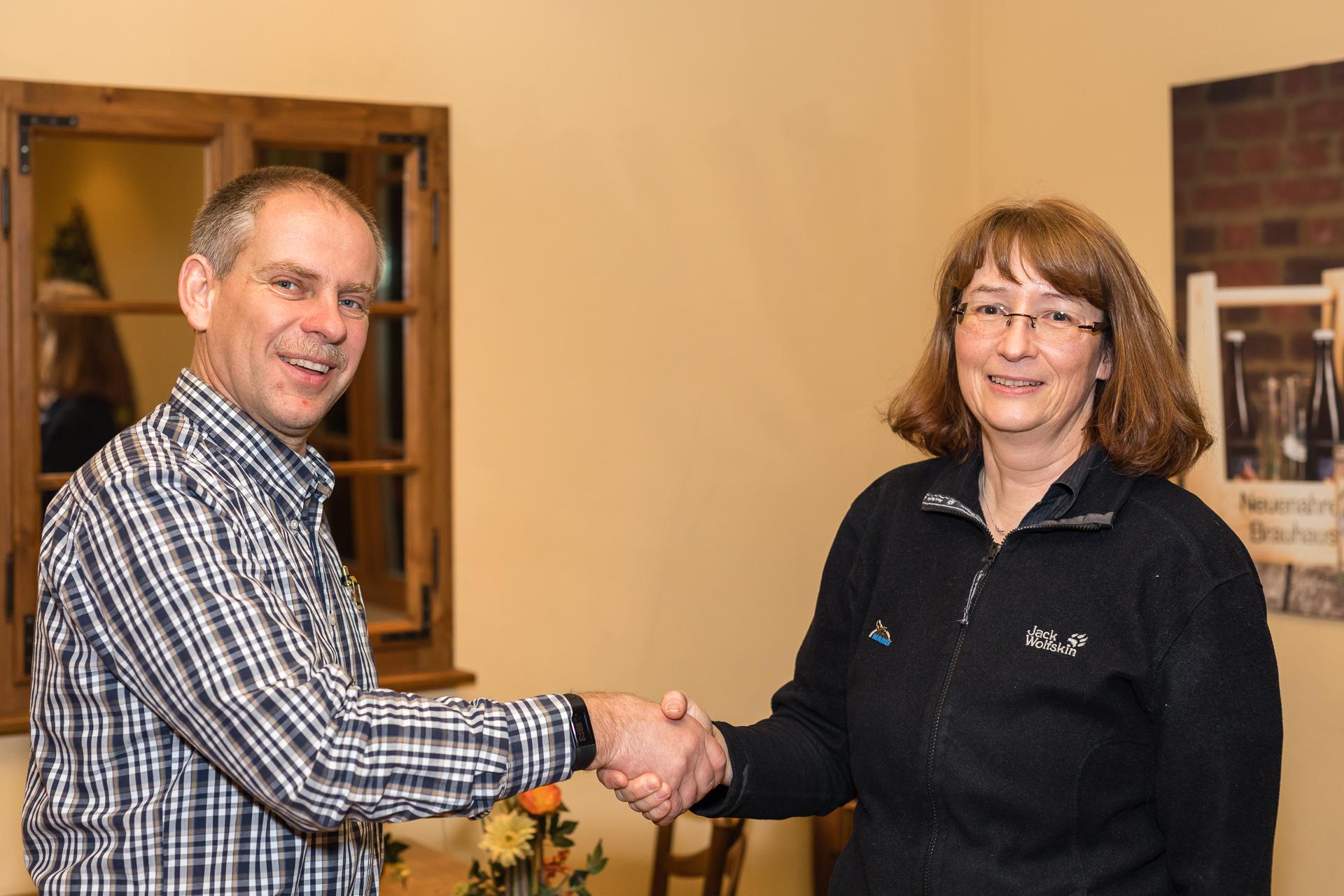 Jens Woitol gratuliert Rea Brinkhoff zur Wahl (Foto: Andreas Sebald)