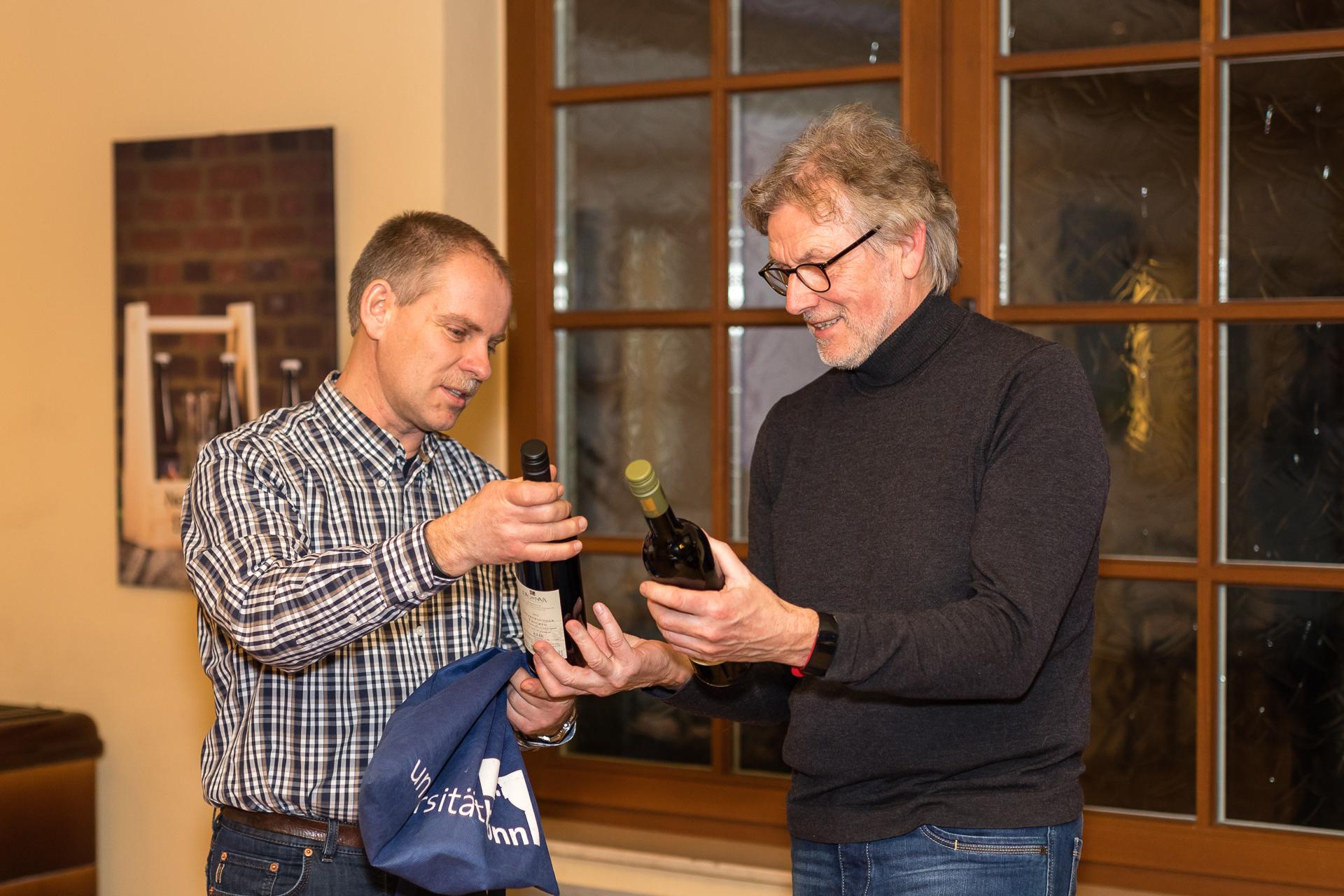 Jens Woitol bedankt sich bei Norbert Tange für die geleistete Vorstandsarbeit (Foto: Andreas Sebald)