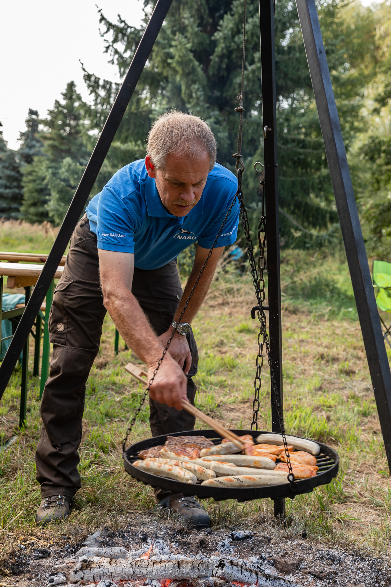 Grillmeister Jens Woitol bereitet das Abendessen zu (Foto: Andreas Sebald)