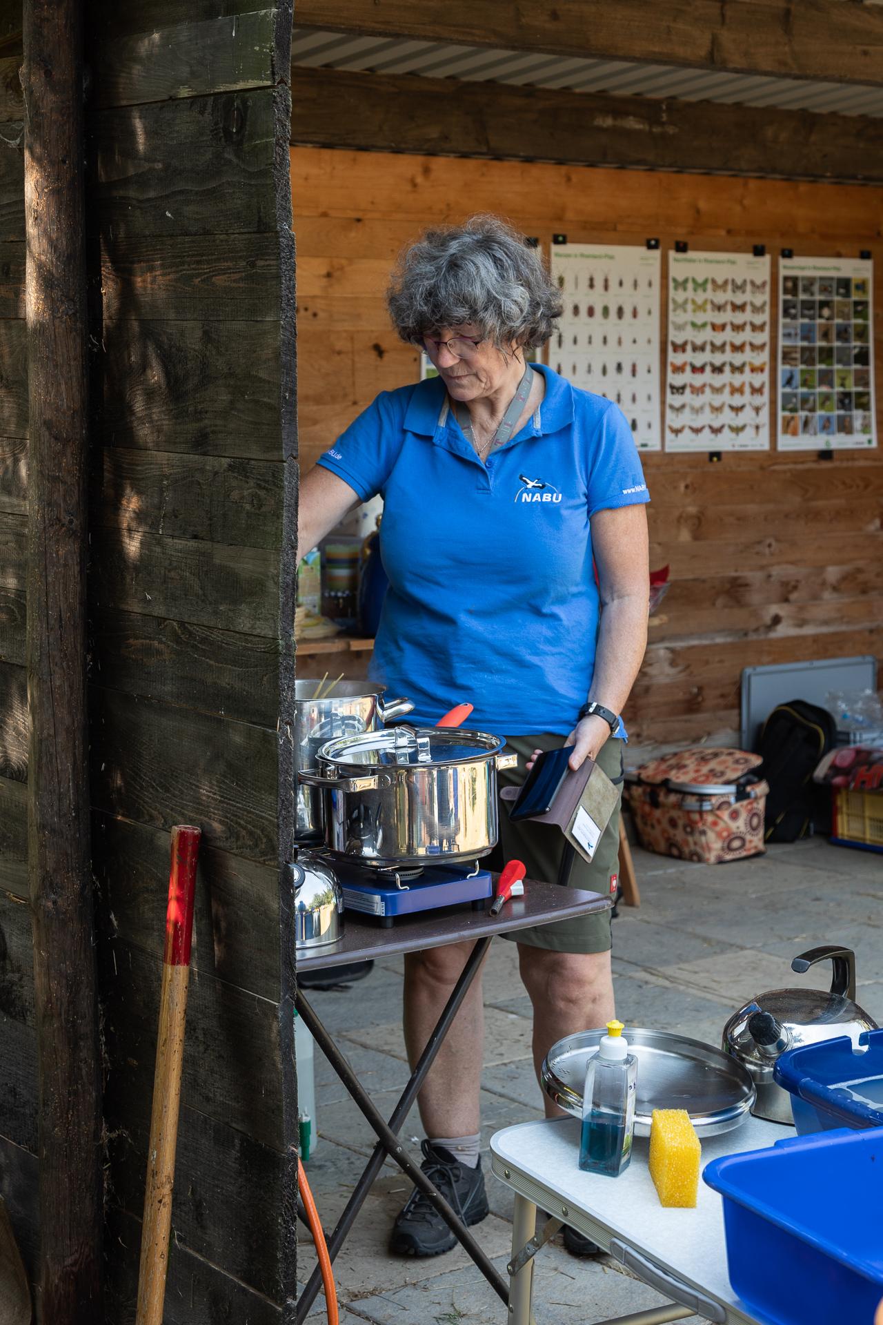 Marianne Theis-Prodöhl bei der Zubereitung der Spaghetti Bolognese (Foto: Andreas Sebald)