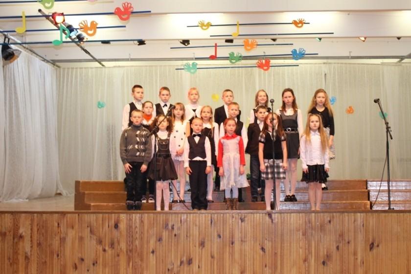"""Girdžių pagrindinės mokyklos jaunučių choras """"Spindulys"""". Vadovė Onutė Patašienė."""