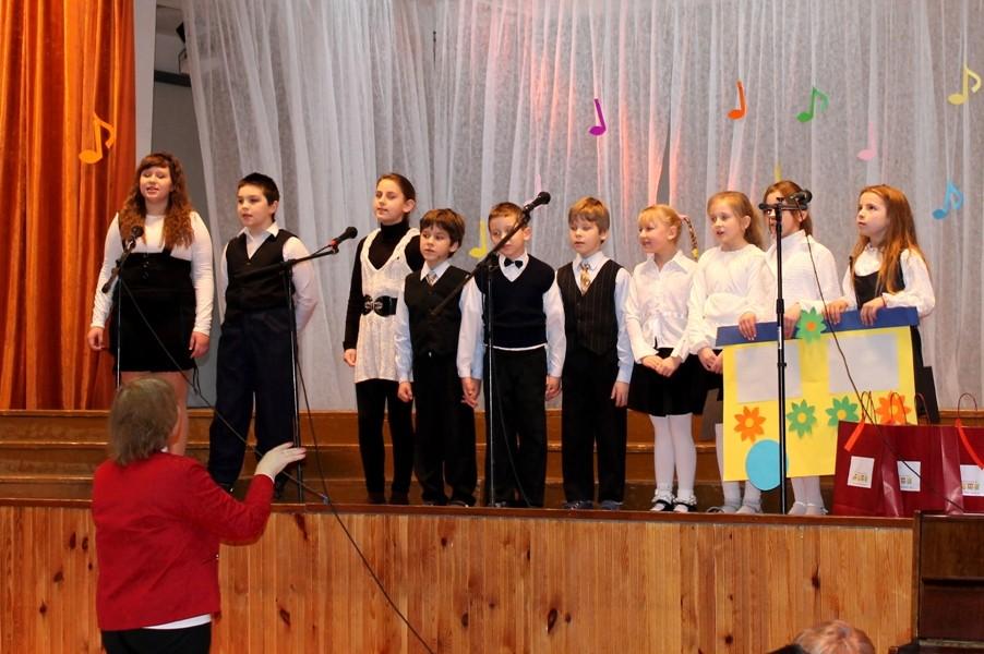 """Jurbarkų darželio-mokyklos Rotulių sk. pradinės mokyklos choras ,,Dainuokime ir šokime kartu"""" vad. Danutė Birgiolienė"""