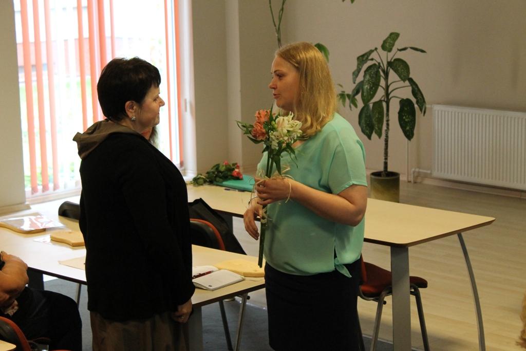 Švietimo centro metodininkė Irmanta Valošinienė pasveikino naująją metodinio būrelio pirmininkę Rasvitą Danaitienę.