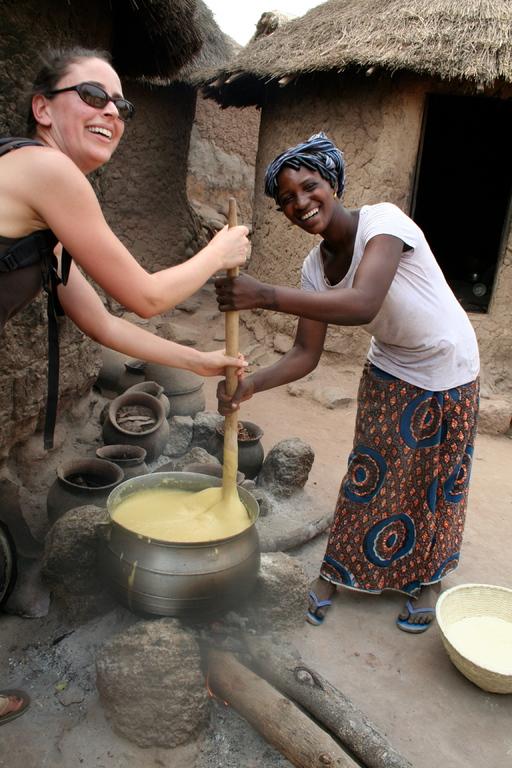 aurélia à la préparation du to (plat traditionnel)