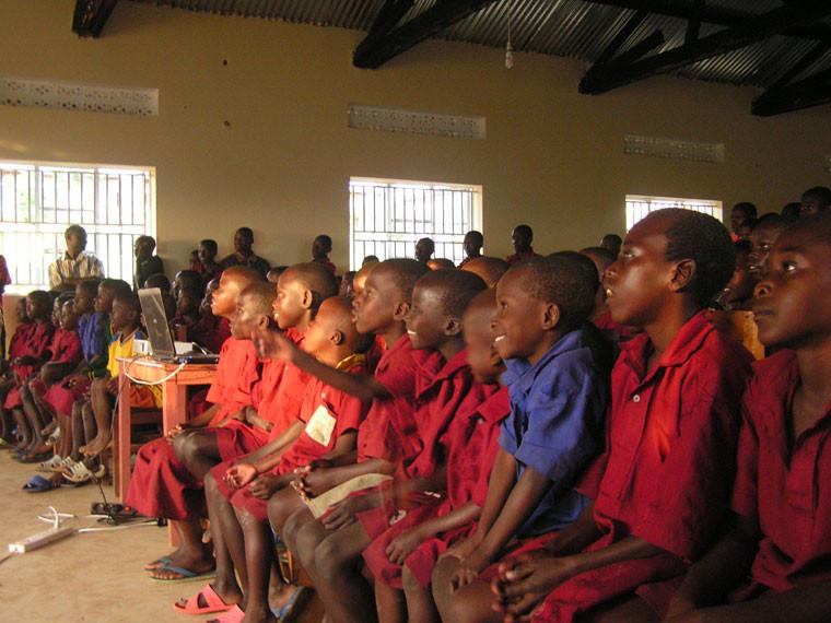 ...haben den Kindern via Beamer das Video von unserem letztjährigen Afrikabesuch gezeigt. Die Begeisterung und Interesse war groß, einige Kinder erkennen sich im Video selbst wieder, ...