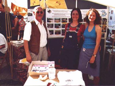 v.li.n.re.: Gerhard Ehrenreich, Oya Ataman ( Dolmetscherin und ehem. Mitarbeiterin), Gabi Stadler (war im Jahr 2000 mit in Afrika)