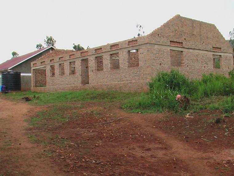 ...denn der Weiterbau der Mädchenschlafstätte musste wegen fehlender Gelder kurzfristig auf Eis gelegt werden. Die Bauarbeiten gehen inzwischen jedoch wieder voran.