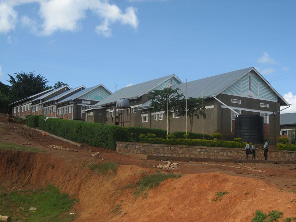 Zu den beiden Bubenschlafsälen haben sich an der Westseite des Schulkomplexes...