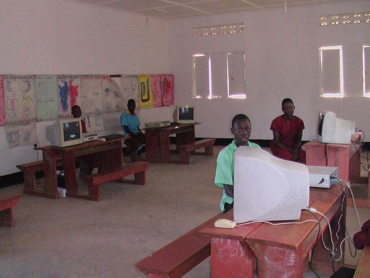 ...und wieder zurück in Bwanda wird der Computerraum mit fünf gebrauchten PCs ausgestattet.