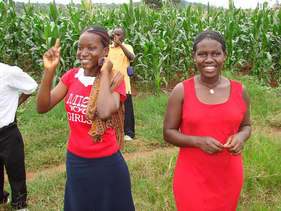 Zwei ehemalige Schülerinnen von Bwanda/Masaka.