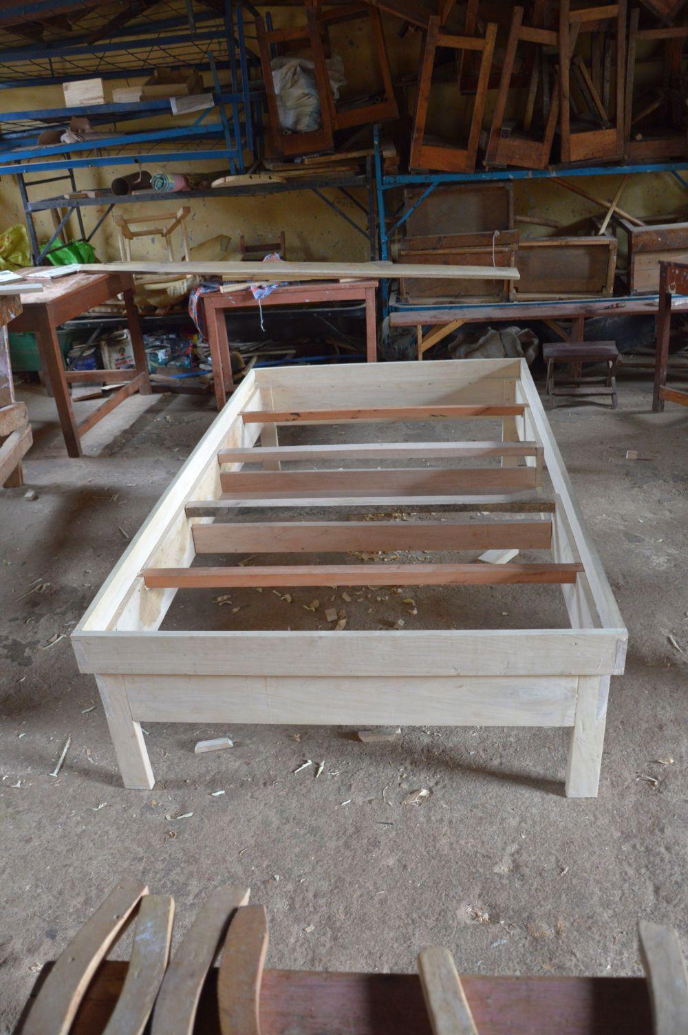 Das Bett haben die beiden großen Azubis zusammen mit dem Lehrer gebaut