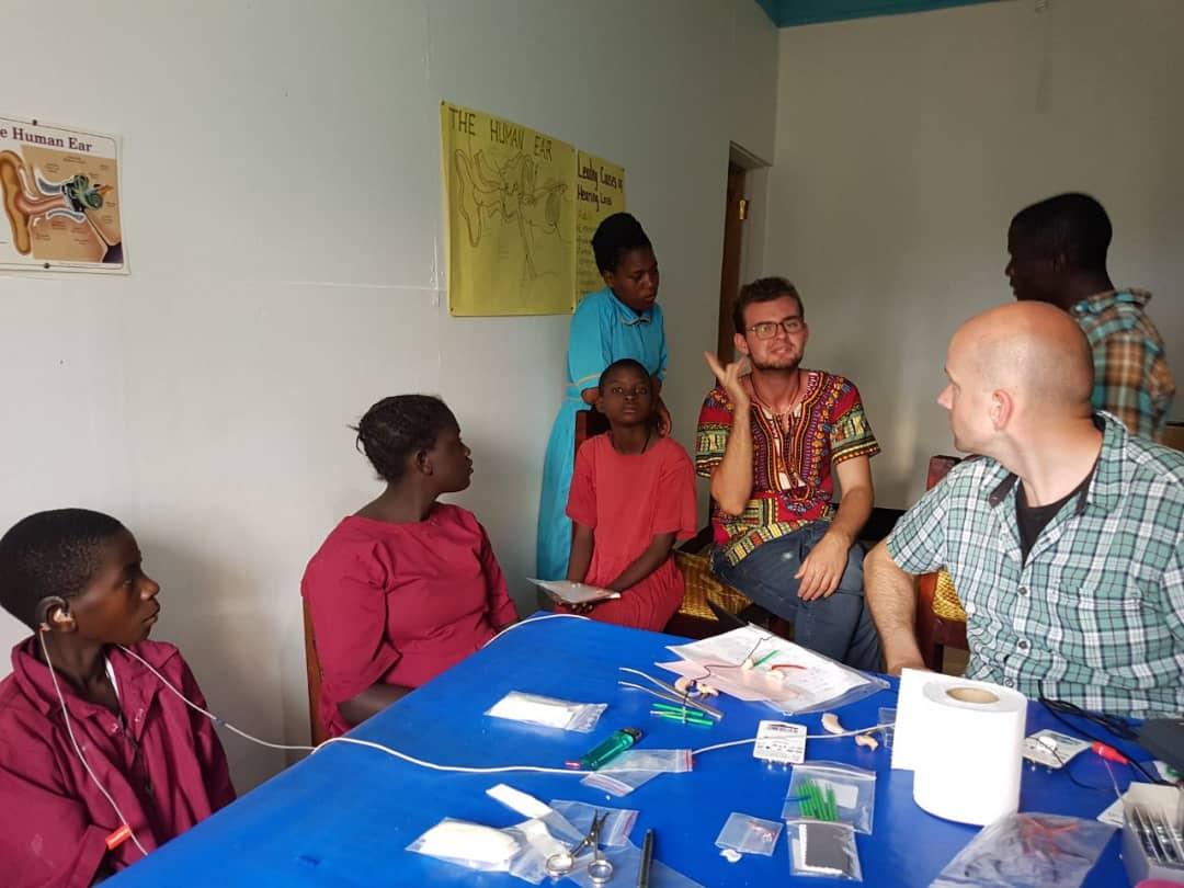 Alex war tätig als ugandischer Gebärdensprachdolmetscher.