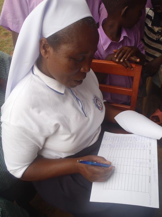 Schwester Bakuze, die Schulleiterin von Ntungamo.