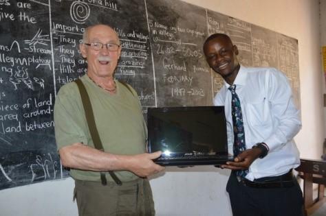 Laptopübergabe an den gehörlosen Lehrer Wabbi Absolom