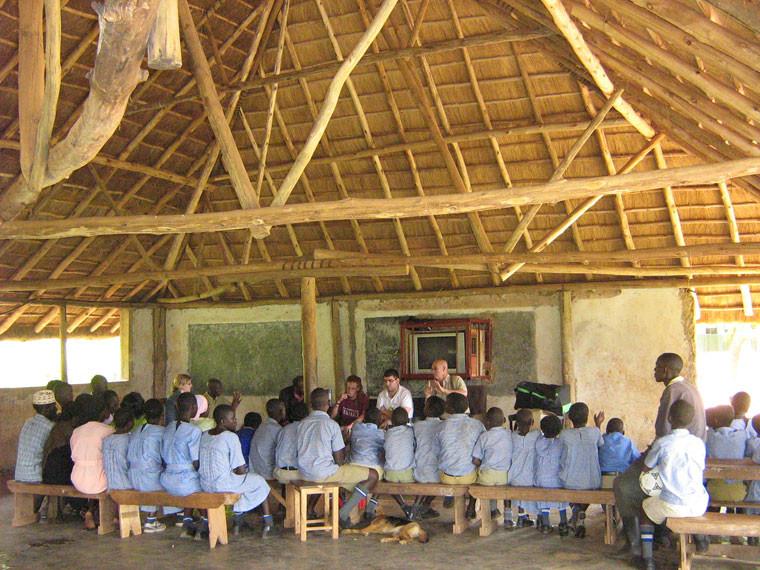 Danach besuchten wir die Gehörlosensschule Butambala in Kabasanda (etwa 2 Stunden von Masaka entfernt), wo Jonas Hülswitt aus Deutschland ehrenamtlich arbeitet, welcher über unsere Homepage auf unser Projekt aufmerksam geworden ist und uns im Vorfeld auf