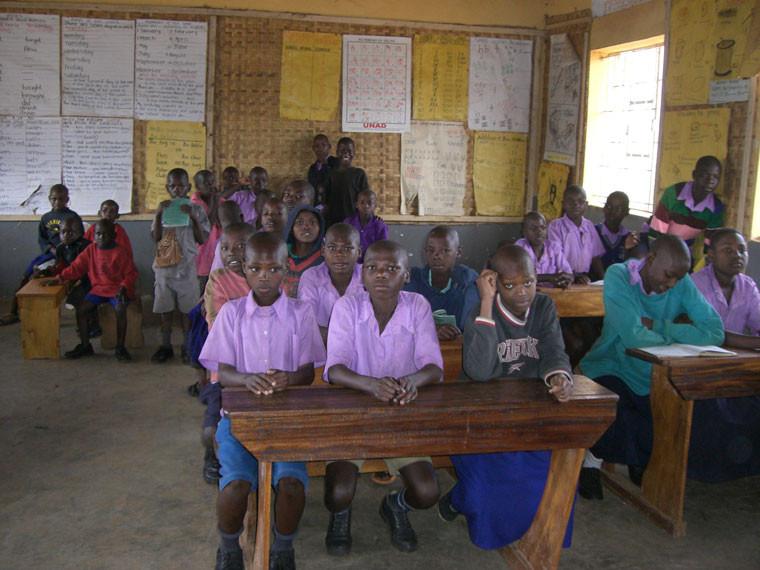 Diese sind auch dringend nötig, denn bis jetzt werden wegen Lehrerkräftemangel und Raumnot bis zu 4 Klassen gleichzeitig unterrichtet.