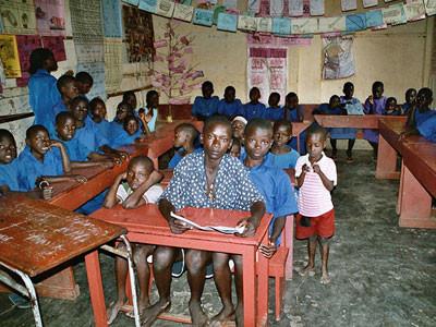 enger Klassenraum mit vielen Schülern