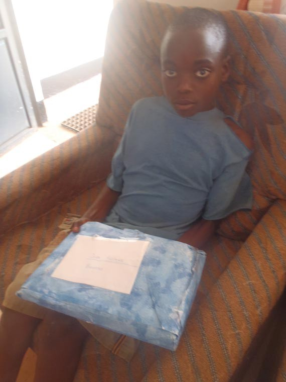 Ein Patenkind erhält mitgebrachte Geschenke...