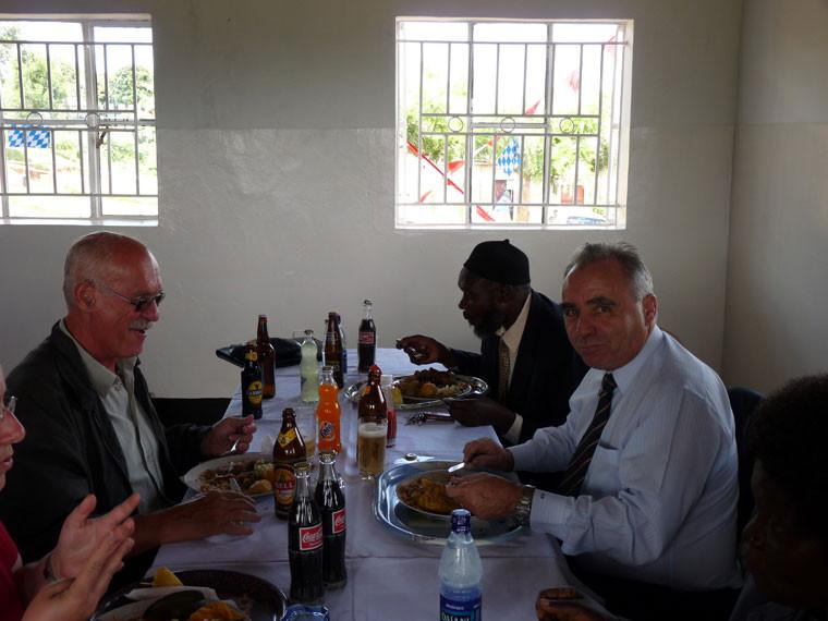 ...ehe beim Festmahl über weitere Zusammenarbeit geredet wurde.