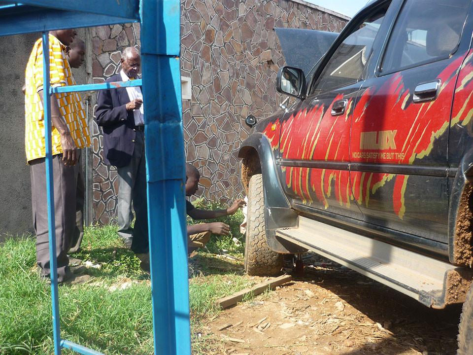 Auf dem Weg zur Berufsschule in Mbarara streikte unser Jeep, der Schaden konnte jedoch in der Werkstatt behoben werden.
