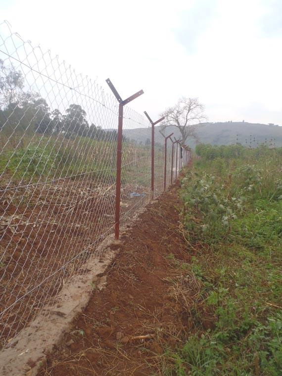 Mit dem Bau des von uns finanzirte Zaun, ...