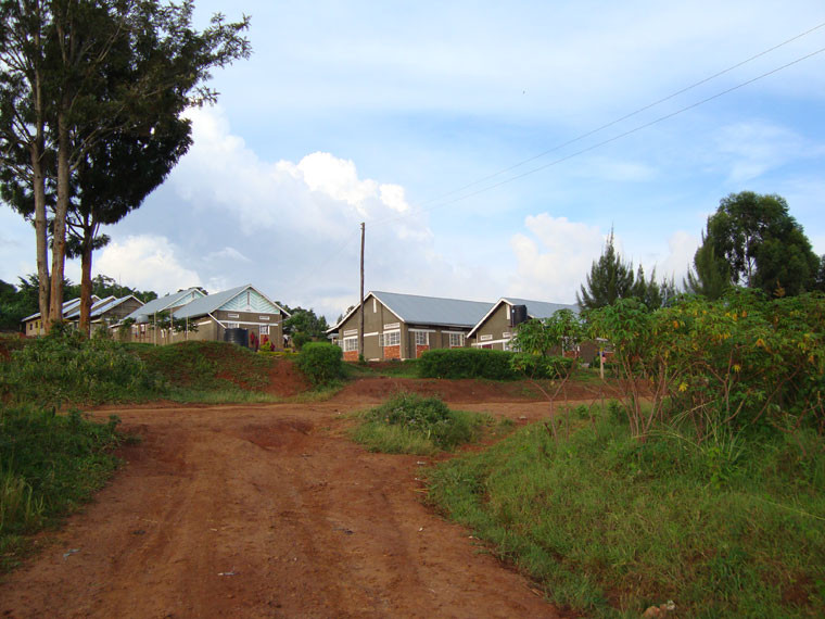 ...sehen wir unser das Schulgelände in Bwanda/Masaka einmal genauer an: links die (fast fertigen) Klassenräume, ...