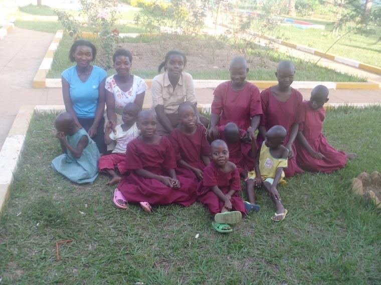 Taubblinde Kinder mit ihren Betreuerinnen.